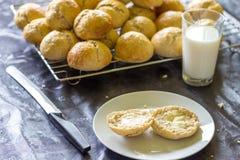 Pão e bolos cozidos e um vidro do leite Imagens de Stock