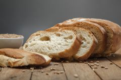 Pão e cereais cortados frescos fotografia de stock royalty free