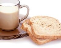 Pão e copo do leite Foto de Stock
