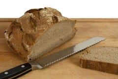 Pão e faca cortados Imagens de Stock
