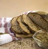 Pão e grões cortados do trigo Fotografia de Stock