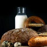 Pão e leite na tabela, um estilo rústico Foto de Stock Royalty Free
