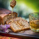 Pão e mel Fotos de Stock