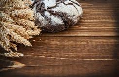 Pão e orelhas na tabela de carvalho Imagens de Stock Royalty Free
