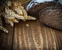 Pão e orelhas na tabela de carvalho Fotografia de Stock