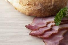 Pão e presunto cortado em uma tabela Foto de Stock Royalty Free
