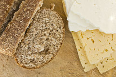Pão e queijo cortados Fotos de Stock