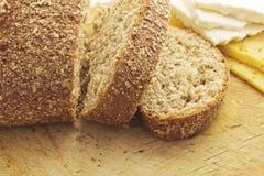Pão e queijo cortados Fotografia de Stock Royalty Free