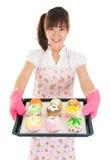 Pão e queques fêmeas asiáticos novos do cozimento Imagem de Stock Royalty Free