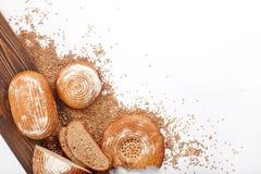 Pão e trigo de Topview com madeira Imagem de Stock Royalty Free