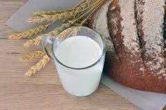 Pão e um vidro do leite Fotos de Stock Royalty Free
