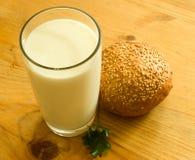 Pão e vidro do leite Fotografia de Stock Royalty Free