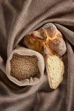 Pão em um pano de saco Fotografia de Stock Royalty Free
