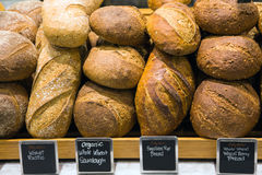 Pão em um suporte em uma padaria Imagem de Stock