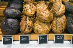Pão em um suporte em uma padaria Foto de Stock