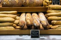 Pão em um suporte em uma padaria Fotos de Stock