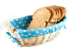 Pão em uma cesta fotografia de stock royalty free