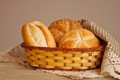 Pão em uma cesta do raffia imagens de stock