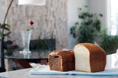 pão em uma cozinha homebaked do fabricante de pão do pão da cesta foto de stock royalty free
