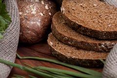 Pão em uma placa de madeira Foto de Stock