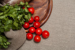Pão em uma placa de madeira com tomates Foto de Stock Royalty Free
