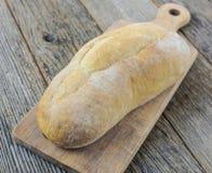 Pão em uma placa de pão com madeira rústica Fotografia de Stock