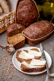 Pão escuro com manteiga fotos de stock
