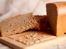 Pão escuro cortado com as migalhas no fundo de despedida Imagem de Stock Royalty Free