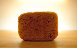 Pão escuro inteiro fresco com halo Fotografia de Stock Royalty Free