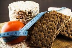 Pão estaladiço e tomates Foto de Stock