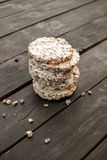 pão estaladiço saboroso na tabela de madeira do fundo, no leite derramado e nas migalhas Foto de Stock Royalty Free