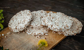 pão estaladiço saboroso na tabela de madeira do fundo, no leite derramado e nas migalhas Imagens de Stock Royalty Free