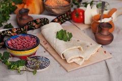 Pão fino indiano do pão árabe da placa em uma vida ainda Imagem de Stock Royalty Free