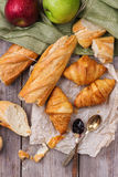 Pão francês do baguette com manteiga e doce para o café da manhã Foto de Stock