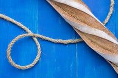 Pão francês na placa azul Imagens de Stock Royalty Free