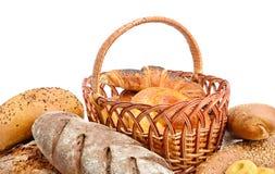 Pão fresco, bolos e cookies isolados no branco imagem de stock