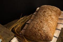 Pão fresco com as lâminas maduras do cereal foto de stock
