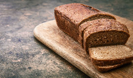 Pão fresco cortado na placa de madeira Fotos de Stock Royalty Free