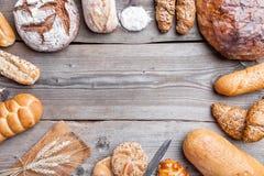 Pão fresco delicioso no fundo de madeira imagens de stock