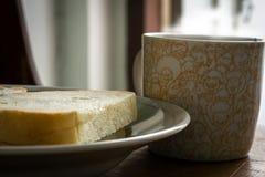 Pão fresco e café para o café da manhã imagens de stock