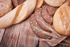 Pão fresco e orelhas do trigo maduro Imagens de Stock Royalty Free