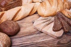 Pão fresco e orelhas do trigo maduro Imagem de Stock Royalty Free