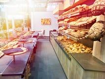 Pão fresco e pastelarias na padaria Imagens de Stock Royalty Free