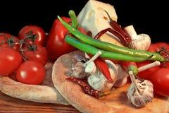 Pão fresco e vegetais em um painel de madeira Fotos de Stock