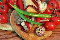 Pão fresco e vegetais em um painel de madeira Foto de Stock