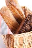 Pão fresco em uma cesta foto de stock