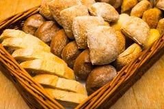 Pão fresco em uma cesta de vime imagem de stock royalty free