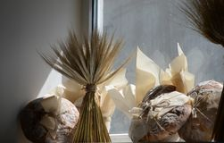 Pão fresco na padaria no amanhecer fotografia de stock royalty free