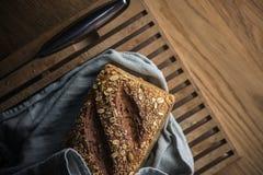 Pão fresco na placa de estaca imagem de stock