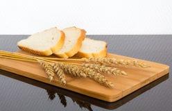 Pão fresco na placa de madeira Imagens de Stock Royalty Free